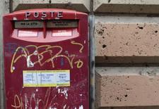 Почтовый ящик в Риме. 24 января 2014 года. Почта Италии (Poste Italiane) планирует начать размещение акций в ходе IPO 12 октября, торги на бирже могут начаться в конце октября - начале ноября, сказали Рейтер два источника, знакомых с ситуацией. REUTERS/Tony Gentile