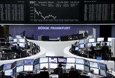 Operadores trabajando en la Bolsa de Fráncfort, Alemania, 11 de septiembre de 2015. El índice de las principales acciones europeas se encaminaba el viernes a su mayor alza semanal desde julio a pesar de abrir con leves caídas en la sesión, con los descensos de la farmacéutica suiza Actelion desluciendo las ganancias de la semana. REUTERS/Staff/remote