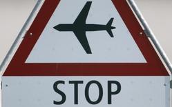 Дорожный знак в аэропорту Цюриха. 16 апреля 2010 года. Британский лоукостер EasyJet приостановит на неопределенное время перелеты между Лондоном и Москвой с марта 2016 года из-за падения спроса, сообщил перевозчик. REUTERS/Christian Hartmann