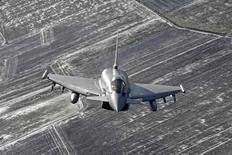 Le Koweït a signé vendredi un protocole d'accord pour l'achat d'avions de combat Eurofighter pour un montant estimé de sept à huit milliards d'euros, a-t-on appris de sources italiennes. Le contrat, qui court sur une durée de vingt ans, devrait être finalisé dans les prochaines semaines, /Photo prise le 10 février 2015/REUTERS/Ints Kalnins