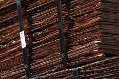Cátodos de cobre fotografiados en la mina Chuquicamata, que es propiedad de la estatal chilena Codelco, cerca de Calama, Chile, 11 de abril de 2011. El cobre cayó el viernes debido a los persistentes temores sobre una marcada contracción económica en el mayor consumidor, China, y una posible alza de las tasas de interés en Estados Unidos la próxima semana, aunque logró su mayor avance semanal desde mayo, beneficiado por anuncios de recortes de producción en el sector. REUTERS/Ivan Alvarado