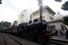 Locomotiva parte da estação de trem do Vaticano nesta sexta-feira. 11/09/2015 REUTERS/Remo Casilli