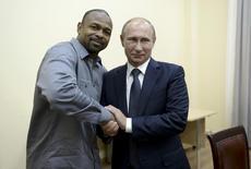 Russian President Vladimir Putin (R) meets with U.S. boxer Roy Jones, Jr. in Sevastopol, Crimea, August 19, 2015. REUTERS/Aleksey Nikolskyi/RIA Novosti/Kremlin.