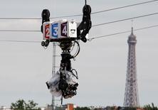 Dans le Journal du Dimanche, la ministre de la Culture Fleur Pellerin annonce une hausse d'un euro de la redevance audiovisuelle en 2016 ainsi que l'augmentation de la taxe payée par les fournisseurs d'accès à internet, pour financer la télévision et la radio publiques.   /Photo d'archives/REUTERS/Régis Duvignau