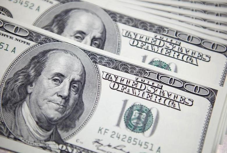图为百元面值的美元现钞。REUTERS/Lee Jae-Won
