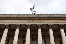 Les principales Bourses européennes évoluent dans le vert lundi à la mi-séance malgré des indicateurs publiés ce week-end qui confirment le ralentissement de la croissance chinoise. À Paris, l'indice CAC 40 prend 0,15% vers 12h00 et à Francfort, le DAX gagne 0,14%. /Photo d'archives/REUTERS/Charles Platiau