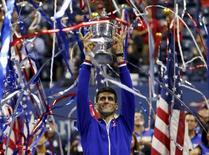 Djokovic ergue o troféu do Aberto dos EUA em Nova York. 13/09/2015  REUTERS/Mike Segar