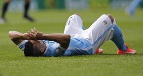 Sergio Aguero caído no gramado antes de ser substituído em partida do City. 12/09/2015 Action Images via Reuters / Paul Childs