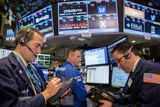 Operadores trabajando en la Bolsa de Nueva York, 14 de septiembre de 2015. Las acciones estadounidenses operaban el lunes a la baja,  debido a que el mercado se mantiene a la espera de la reunión de la Reserva Federal esta semana, en la que el banco central decidirá sobre una posible alza de las tasas interés en Estados Unidos. REUTERS/Lucas Jackson
