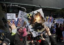 Участники акции протеста против ядерной программы Северной Кореи в Сеуле 26 марта 2015 года. Главный атомный центр Северной Кореи работает на полную мощность, и страна пытается нарастить количество и качество своих ядерных воружений, сказал агентству KCNA глава Института ядерной энергии КНДР. REUTERS/Kim Hong-Ji