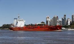 Нефтеналивной танкер Saturn в реке Парана у порта Росарио в Аргентине 11 сентября 2015 года. Цены на нефть Brent снижаются из-за сохраняющейся слабости азиатской экономики, а фьючерсы на американский эталон WTI растут благодаря данным о сокращении запасов нефти в США. REUTERS/Enrique Marcarian