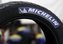 Michelin, qui a annoncé lundi soir que le marché du pneumatique en Europe occidentale en septembre avait accéléré (+15%) tandis que le marché chinois avait accusé une baisse (-4%), à suivre mardi à la Bourse de Paris. /Photo d'archives:REUTERS/Régis Duvignau
