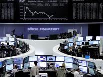 Operadores trabajando en la Bolsa de Fráncfort, Alemania, 14 de septiembre de 2015. Las bolsas europeas subían en las primeras operaciones del martes, mientras los inversores aguardan el resultado de una reunión crucial de la Reserva Federal de Estados Unidos sobre tasas de interés. REUTERS/Staff