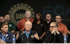 United Auto Workers (UAW) President Dennis Williams (front C) and Fiat Chrysler Automobiles (FCA) CEO Sergio Marchionne (front R) hold a news conference to announce a tentative agreement in Detroit, Michigan, September 15, 2015. REUTERS/Rebecca Cook
