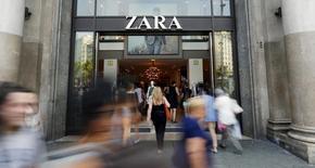 Люди у магазина Zara в Барселоне. 10 июня 2015 года. Восстановление расходов в сегменте массмаркет в Испании и теплая погода в Европе помогли ритейлеру Inditex, владеющему в том числе брендом Zara, нарастить продажи в первом полугодии, а хорошее начало нового сезона позволяет компании надеяться на успешное окончание года. REUTERS/Albert Gea