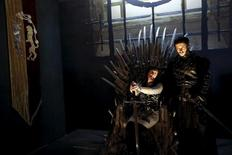 """Mulher posa para foto com ator em réplica do Trono de Ferro, em exibição sobre """"Game of Thrones"""" em Madri. 29/04/2015 REUTERS/Susana Vera"""