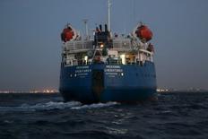 """Российский танкер """"Механик Чеботарев"""" у берегов Ливии 16 сентября 2015 года. Вооруженные силы самопровозглашенного правительства Ливии сообщили о задержании в среду танкера под российским флагом, пытавшегося незаконно вывезти нефть из порта Зувара. REUTERS/Hani Amara"""