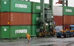 Un trabajador monta una bicicleta en un puerto en Tokio, Japón, 8 de septiembre de 2015. Las exportaciones japonesas se ralentizaron por segundo mes consecutivo en agosto, una señal preocupante de que la desaceleración en China podría asestar un duro golpe a la la tercera economía más grande del mundo y obligar a las autoridades a inyectar un nuevo estímulo en poco tiempo. REUTERS/Toru Hanai