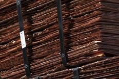 Cátodos de cobre fotografiados en la mina Chuquicamata, que es propiedad de la estatal chilena Codelco, cerca de Calama, Chile, 11 de abril de 2011. El cobre retrocedía desde máximos de casi dos meses el jueves luego de reportes que mostraron que el terremoto que sacudió en la víspera al mayor productor del metal, Chile, no impactó de manera significativa a las minas que operan en el país. REUTERS/Ivan Alvarado