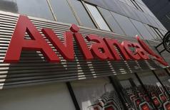 El logo de Avianca, visto en la Avenida Reforma, en Ciudad de México, 27 de agosto de 2014. El tráfico de pasajeros de Avianca Holdings S.A, una de las mayores aerolíneas de América Latina, subió un 6,6 por ciento interanual en agosto por la demanda sostenida de sus rutas en Colombia, Perú y Ecuador, informó el jueves la compañía. REUTERS/Henry Romero