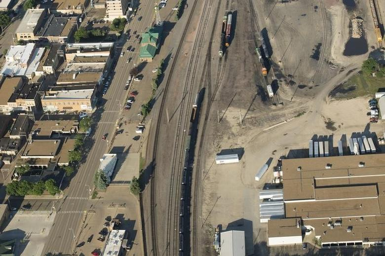 An oil train is seen in Dickinson, North Dakota June 26, 2015.  REUTERS/Andrew Cullen