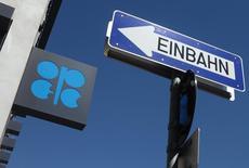 El logo de la OPEP, en la sede del organismo en Viena, Austria, 5 de junio de 2015. La OPEP estima que los precios del petróleo no subirán más de 5 dólares por barril por año hasta alcanzar 80 dólares en 2020 y que el crecimiento de la producción de las naciones fuera del organismo se desacelerará, aunque esto no será suficiente para aplacar el exceso de suministro actual, dijeron el jueves fuentes del grupo. REUTERS/Heinz-Peter Bader