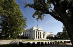 El edificio de la Reserva Federa en Washington, 16 de septiembre de 2015. Las siguientes son las proyecciones económicas para Estados Unidos publicadas por la Reserva Federal el jueves. Todas las cifras corresponden a cuarto trimestre respecto a cuarto trimestre, excepto la tasa de desempleo que es el promedio del cuarto trimestre. REUTERS/Kevin Lamarque
