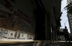 Homem passa por loja de câmbio Rio de Janeiro. 31/8/2015 REUTERS/Ricardo Moraes
