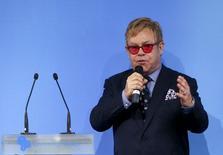 Cantor Elton John discursa durante cerimônia em Kiev, na Ucrânia. 12/09/2015 REUTERS/Valentyn Ogirenko