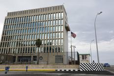 Edificio de la embajada de EEUU en La Habana, 17 de septiembre 2015. Estados Unidos publicó el viernes regulaciones que buscan moderar las restricciones para que las empresas estadounidenses  hagan negocios en Cuba, además de permitir viajes a la isla de gobierno comunista, en la más reciente decisión para moderar el embargo tras un acercamiento con La Habana. REUTERS/Carlos Garcia Rawlins