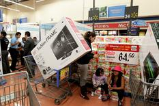 Unos clientes realizando compras al interior de un supermercado de la cadena Wal-Mart en Ciudad de México, 17 de noviembre de 2011. El consumo privado en México creció un 0.5 por ciento entre abril y junio contra el trimestre inmediato anterior, dijo el viernes el instituto nacional de estadísticas. REUTERS/Henry Romero
