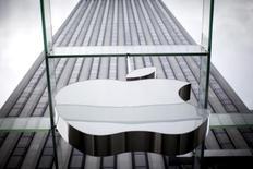 Apple va exclure de son magasin d'applications App Store un certain nombre de programmes mis en cause dans la première cyberattaque de grande ampleur contre iOS, le système d'exploitation de l'iPhone et de l'iPad. /Photo d'archives/REUTERS/Mike Segar