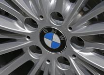 BMW et Daimler disent ne pas être concernés par les accusations de tromperie visant Volkswagen aux Etats-Unis et qui secouent le secteur automobile européen en Bourse lundi. /Photo d'archives/REUTERS/Yves Herman