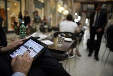 La croissance du e-commerce en France s'est fortement accélérée au premier semestre, dépassant les prévisions des professionnels du secteur grâce à l'essor des places de marché, des transactions sur mobile et des sites collaboratifs. /Photo d'archives/REUTERS/Tony Gentile