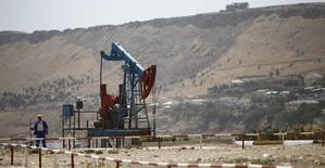 Станок-качалка в Баку 16 июня 2015 года. Совокупная добыча нефти в Азербайджане в 2016 году составит 40 миллионов тонн, что близко к уровням, запланированным на этот год, сообщил Рейтер высокопоставленный чиновник государственной нефтегазовой компании. REUTERS/Kai Pfaffenbach