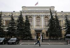 Un peatón corre junto al Banco Central de Rusia, en Moscú, 9 de julio de 2015. El banco central de Rusia extendió el lunes hasta el 31 de enero del 2016 las medidas que apuntan a ayudar a las entidades financieras a capear la crisis económica. REUTERS/Maxim Zmeyev