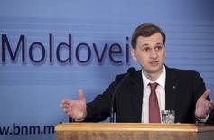 Le président de la banque centrale de Moldavie, Dorin Dragutanu (photo), a annoncé lundi sa démission face à la colère populaire mais a rejeté toute responsabilité dans la disparition du système bancaire de l'équivalent d'un milliard de dollars, soit environ un huitième du produit intérieur brut de cette ex-république soviétique. /Photo prise le 21 septembre 2015/REUTERS/Valery Korchmar
