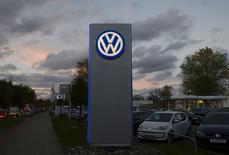 L'action Volkswagen poursuit sa baisse mardi à la Bourse de Francfort, au lendemain d'une chute sans précédent liée au scandale des accusations de trucage de ses voitures aux Etats-Unis.  /Photo d'archives/REUTERS/Fabian Bimmer