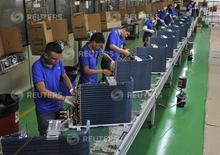 Empleados trabajando en la línea de producción de una fábrica de la marca Gree, en Manaos, Brasil, 24 de junio de 2014. El Gobierno de Brasil revisó su estimación para la contracción económica de 2015 a un 2,44 por ciento desde la baja de la actividad del 1,49 por ciento que había previsto, mostró el martes un documento oficial, que ofreció datos más en línea con las expectativas del mercado. REUTERS/Jianan Yu