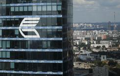 """Логотип ВТБ на здании в Москва-сити 5 августа 2015 года. Сделка по слиянию ангольской """"дочки"""" второго по величине госбанка РФ ВТБ с Banco Privado Atlantico, объявленная в феврале 2014 года, сорвалась из-за изменившейся рыночной конъюнктуры, сообщил ВТБ. REUTERS/Maxim Zmeyev"""