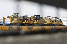 Новые экскаваторы в порту Иокогамы. 10 февраля 2011 года. Крупнейший в мире производитель оборудования для строительной и горнорудной промышленности Caterpillar Inc понизил в четверг прогноз выручки в 2015 году на $1 миллиард и объявил о возможном увольнении до 10.000 человек к 2018 году на фоне спада в горно-металлургической и энергетической отраслях. REUTERS/Toru Hanai