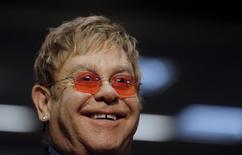 Певец Элтон Джон, основатель благотворительного фонда Elton John AIDS Foundation, в подкомитете Сената США в Вашингтоне. 6 мая 2015 года. Владимир Путин в четверг позвонил Элтону Джону, изъявив готовность встретиться и поболтать, после того как британский певец попросил о рандеву, чтобы обсудить свою озабоченность правами геев в России. REUTERS/Carlos Barria