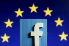 """Una fotografía en 3D del logo de Facebook sobre el símbolo de la Unión Europea. En Zenica, Bosnia y Herzegovina, 15 de mayo de 2015. Facebook anunció el miércoles que su """"news feed"""" para Internet y para usuarios de plataformas Android ahora soportarán videos en 360 grados. REUTERS/Dado Ruvic"""