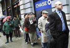 Personas esperan en una fila para entrar a una feria de empleos en Nueva York, 24 de febrero de 2010. Una medición de los planes de inversión de las firmas estadounidenses cayó en agosto y el número de personas que solicitó nuevos pedidos de subsidios por desempleo subió la semana pasada, en señales de que los vientos en contra de la economía global han afectado poco el crecimiento de Estados Unidos. REUTERS/Shannon Stapleton