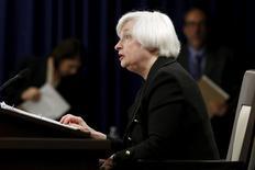 La présidente de la Réserve fédérale Janet Yellen a déclaré jeudi s'attendre à ce que la banque centrale américaine relève ses taux d'intérêt cette année, sous réserve que l'inflation reste stable et que l'économie des Etats-Unis reste suffisamment dynamique pour encore faire baisser le taux de chômage. /Photo prise le 17 septembre 2015/REUTERS/Jonathan Ernst