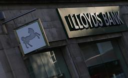 Le gouvernement britannique a récupéré près des trois quarts des deniers publics mobilisés lors du renflouement de 20,5 milliards de livres (28 milliards d'euros) de Lloyds Banking Group en 2008. UK Financial Investments (UKFI), la structure qui gère les participations de l'Etat dans Lloyds et Royal Bank of Scotland, a ramené ses parts dans Lloyds à 11,98%, portant à 15 milliards de livres la somme totale levée et progressant un peu plus vers la privatisation intégrale de la banque en 2016. /Photo d'archives/REUTERS/Andrew Winning