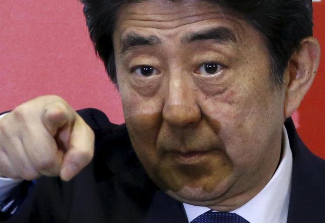 9月25日、安倍晋三首相の新「3本の矢」政策に対する市場の歓迎ムードは乏しい。人口対策など方向性を評価する声はあるものの具体策が明らかになっておらず、実現性への疑問があるためだ。自民党本部で24日撮影(2015年 ロイター/Issei Kato)
