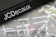 """JCDecaux gagne 3,42% vers 13h45, quand le CAC 40 rebondit de 3,6%. Jefferies a entamé le suivi du titre avec une recommandation à """"achat"""" et vise un objectif de cours de 40 euros. /Photo d'archives/REUTERS/Jacky Naegelen"""