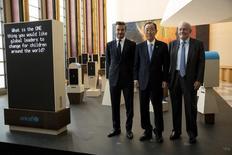 El embajador de buena voluntad de la UNICEF, David Beckahm (izqda.) posa junto al Secretario General de las Naciones Unidas, Ban Ki-Moon, y el director ejecutivo de la UNICEF, Anthony Lake, en la sede de las Naciones Unidas en Manhattan, Nueva York, 24 de septiembre de 2015.  La ganadora del Premio Nobel de la Paz Malala Yousafzai pedirá a los líderes mundiales el viernes que aseguren a cada niño 12 años de educación gratuita y de calidad, y la ex estrella del fútbol David Beckham hizo un llamado en Naciones Unidos para que los pequeños sean la prioridad. REUTERS/Andrew Kelly