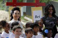 China's first lady Peng Liyuan (L) and United States first lady Michelle Obama attend an event at the Smithsonian Zoo in Washington September 25, 2015. REUTERS/Carlos Barria